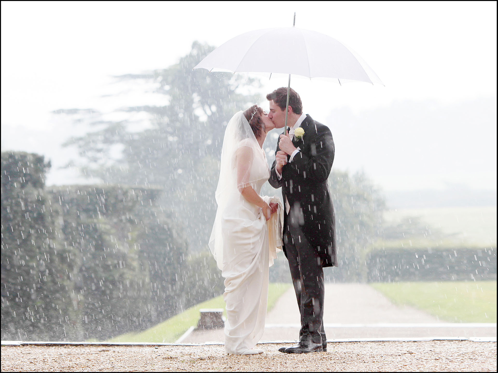 Bride & Groon in the rain